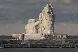 ตะลึง! ประภาคารกลายเป็นปราสาทน้ำแข็ง