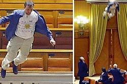 ระทึก! ชายโรมาเนียกระโดดระเบียงรัฐสภาประท้วง