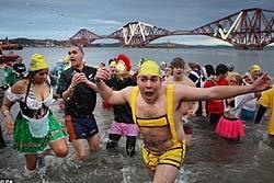 ยุโรปเย็นฉ่ำ! คนแห่ว่ายน้ำท้าความหนาว