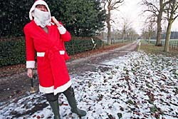 ผู้ก่อตั้งวิกิลีกส์ ใส่ชุดซานต้าฉลองคริสต์มาส