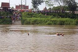 ตะลึง! แม่ชีลอยแม่น้ำน่าน ชาวบ้านแห่ดู