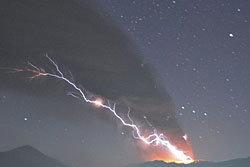 อัศจรรย์! ภาพฟ้าผ่าภูเขาไฟที่กำลังปะทุ