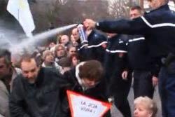 ตำรวจเมืองน้ำหอม พ่นแก๊สน้ำตาใส่หน้าคนแก่