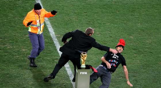 หนุ่มจอมป่วนวิ่งฉกถ้วยบอลโลก