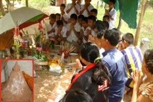 ตะลึง! พระพุทธรูปจอมปลวกผุดชาวบ้านอุดรฯ แห่ขอหวย