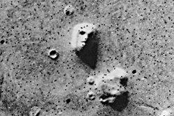 """นาซ่า เผยภาพถ่าย """"ใบหน้าบนดาวอังคาร"""" เป็นภูเขาหิน"""