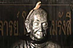 ตะลึง! งูจงอางแผ่แม่เบี้ยบนรูปปั้นสมเด็จโต