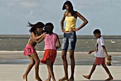 พบเด็กสาววัย 14 ปี สูง 206 เซนติเมตร