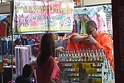 พระอ่างทองเดินซื้อน้ำหอมกลางตลาด