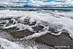 ซินเจียงหนาวมาก! ทะเลสาบไซรั่มกลายเป็นแท่งน้ำแข็ง
