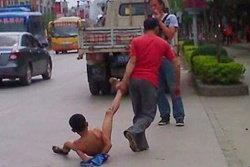 พ่อชาวจีนโหด! ลากขาลูกชายติดเกมกลับบ้าน