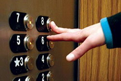 หวิดตายหมู่! น.ศ.ธรรมศาสตร์11คนติดในลิฟท์ค้าง