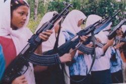 อาจจัดฉาก! ภาพเยาวชนหญิงมุสลิมฝึกอาวุธสงคราม