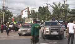 ชาวอยุธยาจูงเด็กขวางถนนพหลฯร้องไร้คนช่วย