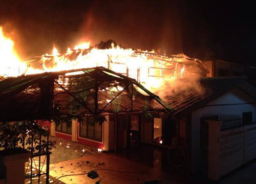 ไฟไหม้บ้านเรือนกลางชุมชนหนองแวงอุบลฯ