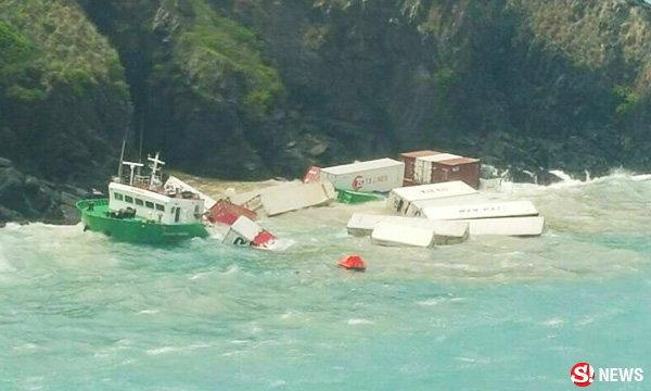 เรือสินค้าโดนคลื่นซักล่มอีก นอกฝั่งภูเก็ต จนท.เร่งช่วย