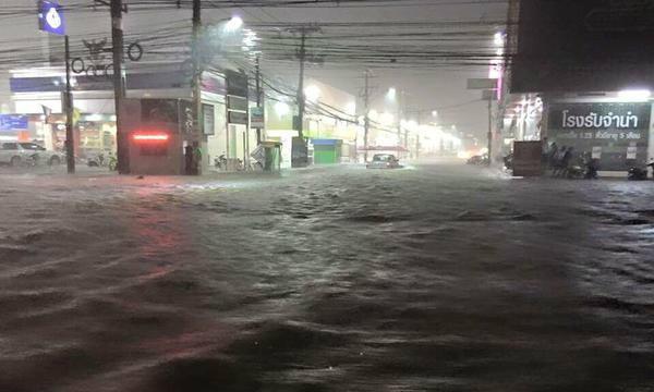 ฝนตกหนักเมืองโคราช แชร์ภาพน้ำท่วมเข้าห้างดัง