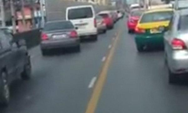 ภาพประทับใจรถพร้อมใจเปิดทางให้รถพยาบาลวิ่งส่งคนป่วย