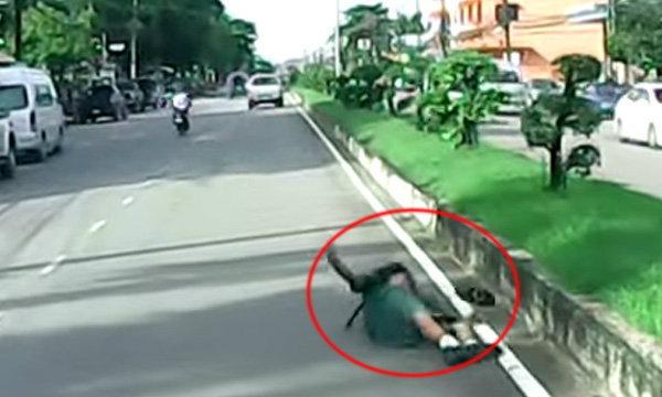 นาทีชีวิต รถยนต์ชนนักเรียนเนตรนารี ขณะข้ามทางม้าลาย