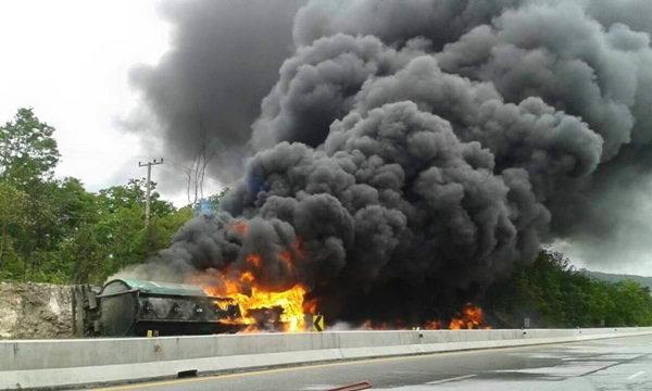 รถบรรทุกน้ำมันคว่ำ ระเบิด-ไฟไหม้วอดวายกลางถนน
