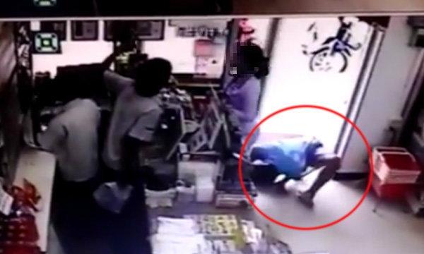 หนุ่มโรคจิตก้มส่องกางเกงในสาวในร้านสะดวกซื้อ