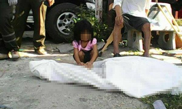 สะเทือนใจ หนูน้อยนั่งร้องไห้กอดศพแม่ที่ถูกรถชน