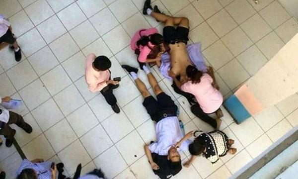 นักเรียน ม.4 นั่งราวบันได พลัดหล่นทับ ม.3 สาหัส