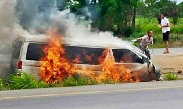 รถตู้กลับจากบ่อนยางระเบิด! คว่ำไฟลุก สังเวย 4 ศพ