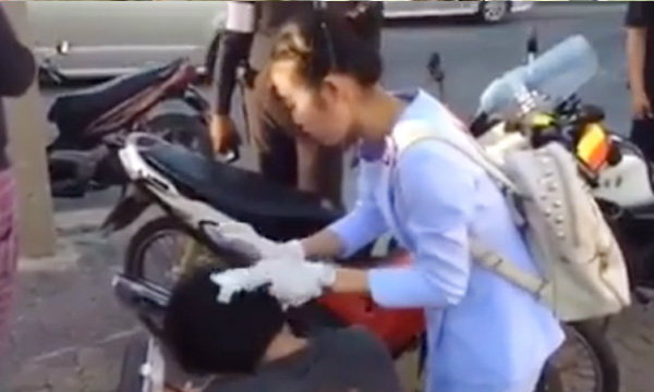ชื่นชม จิตวิญญาณพยาบาลสาว ลงมือช่วยทำแผลคนเจ็บกลางถนน