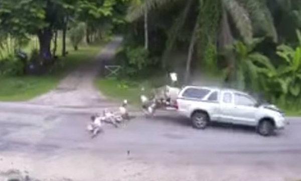 ระทึก! คลิปรถรับส่งนักเรียนถูกชน เทกระจาดเด็กเกลื่อนถนน