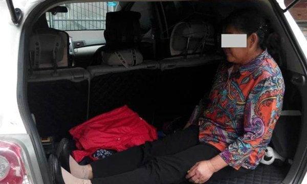 """จีนด่า """"อกตัญญู"""" หนุ่มไล่แม่ชรานั่งท้ายรถ ให้ลูกนอนสบายๆ"""