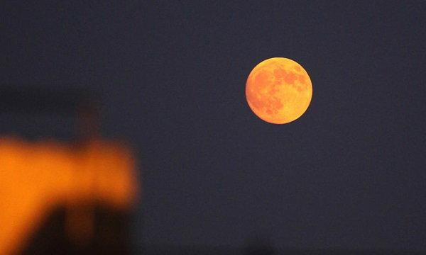 """คนจีนตื่นตา """"พระจันทร์สีเลือด"""" ในคืนวันไหว้พระจันทร์"""