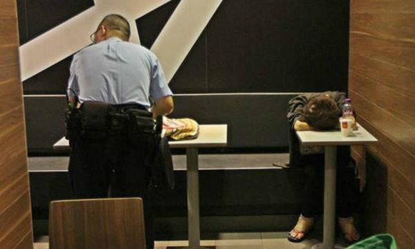 คนนั่งดูเฉย สาวจีนนอนฟุบตายปริศนา กลางร้านฟาสฟู้ดฮ่องกง
