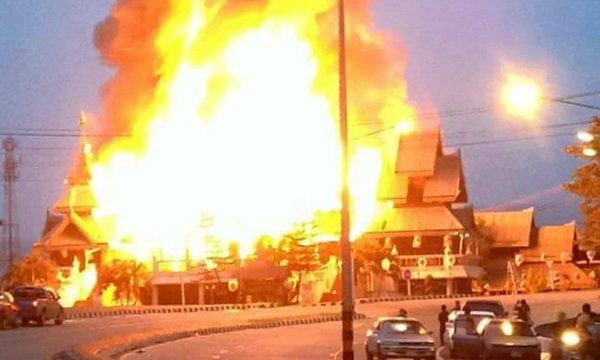 ไฟไหม้พิพิธภัณฑ์แม่สะเรียง จนท.เร่งดับเพลิง คาดวอดทั้งหลัง