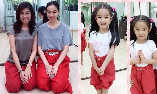 ภาพน่ารัก กบ สุวนันท์ จูงน้องณดา เรียนรำไทยด้วยกัน