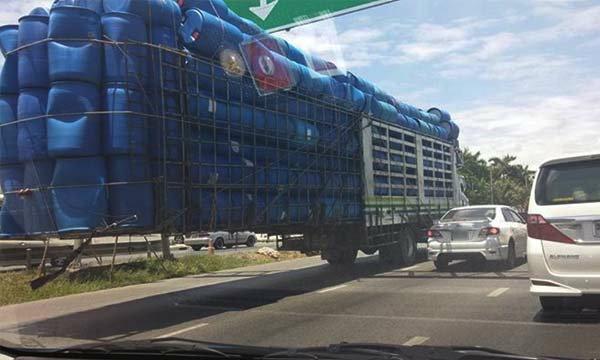 แชร์หนักมาก ภาพรถบรรทุกถังน้ำเกินพิกัดจนน่าตกใจ