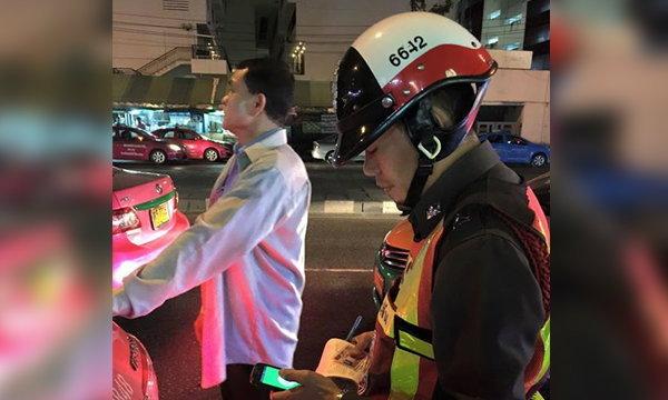 ชาวเน็ตสะใจ! แท็กซี่เหิมจะเอากระบองฟาดผู้โดยสาร ไม่รู้อีกฝ่ายเป็นตำรวจ