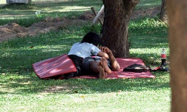 เมืองอุดรฯ แอบส่อง นักเรียนพลอดรักในสวนกลางวันแสกๆ