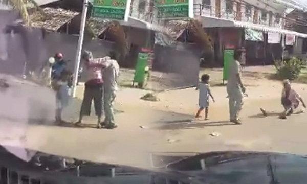 หนุ่มตบตีหญิงชราริมถนน ชาวบ้านเห็นทนไม่ไหว โดดกระทืบช่วย
