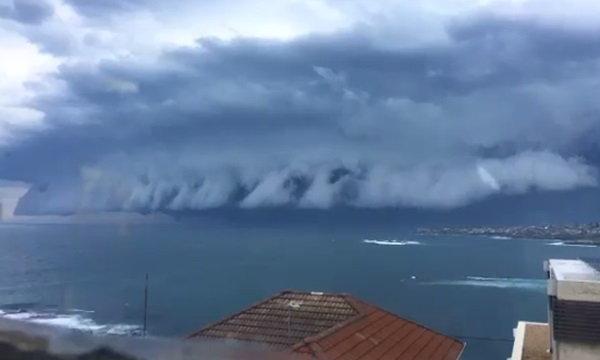 """ภาพน่าตื่นตา """"เมฆสึนามิ"""" สุดอัศจรรย์ พัดเข้าฝั่งออสเตรเลีย"""