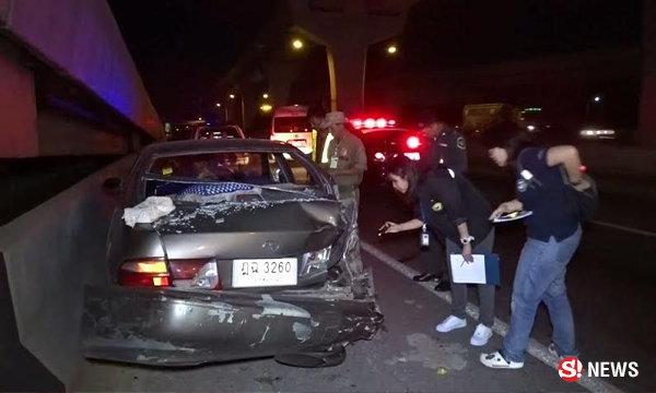 สาวรถเสียยืนโบกให้สัญญาณริมถนน ถูกบรรทุกชนดับสยอง