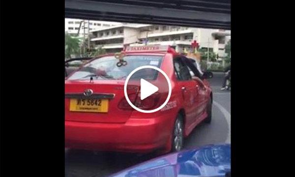 ปรับแท็กซี่ในคลิปสูบบุหรี่ 1 พัน ทำฝรั่งฉุนอุ้มลูกลงจากรถ