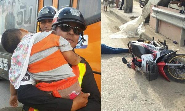 ภาพสะเทือนใจ ตำรวจอุ้มเด็ก 3 ขวบหลับในอ้อมแขน ขณะกู้ภัยเก็บศพแม่