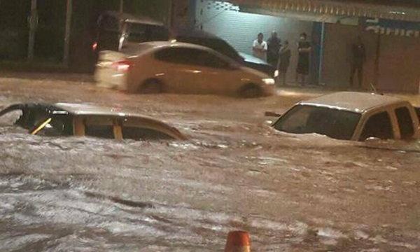ฝนตกหนักเมืองหัวหิน น้ำท่วมสูง รถตกร่องน้ำจมมิดหลังคา
