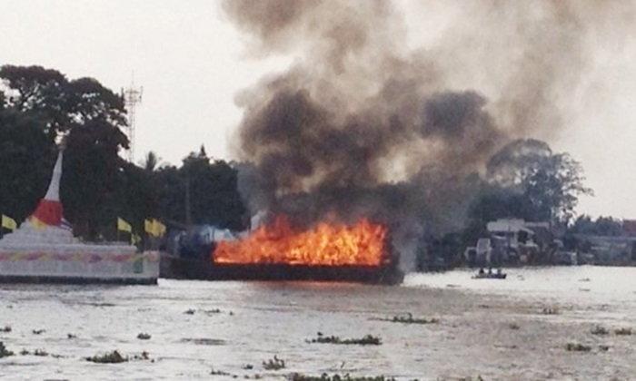 ไฟไหม้ระทึก เรือนำเที่ยวเกาะเกร็ด กลางเจ้าพระยา