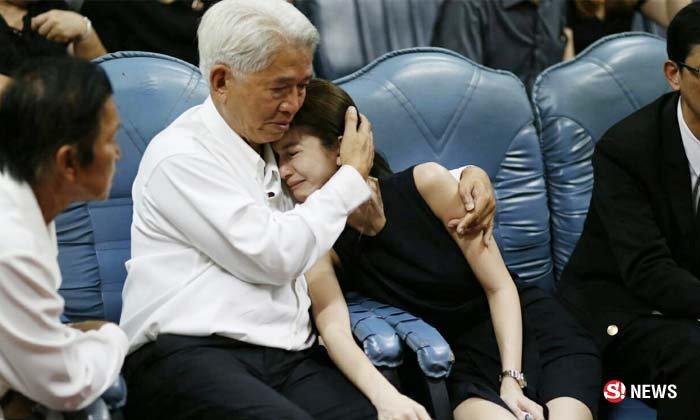 โบว์ สุดกลั้นร้องไห้หลังฟังพระสวด พ่อกอดให้กำลังใจ