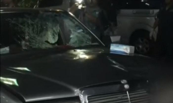 เบนซ์รุ่นเก่าวิ่งชนคน ร่างทะลุกระจกตกลงเบาะข้างคนขับ