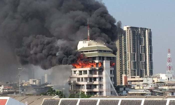 ไฟไหม้ตึกอาคารสูง ถ.นราธิวาส มีคนติดด้านใน จนท.เร่งช่วยเหลือ