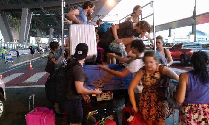 หนุ่มไทยน้ำใจงาม ช่วยนักท่องเที่ยวถูกรถตู้ทิ้งไว้กลางทาง