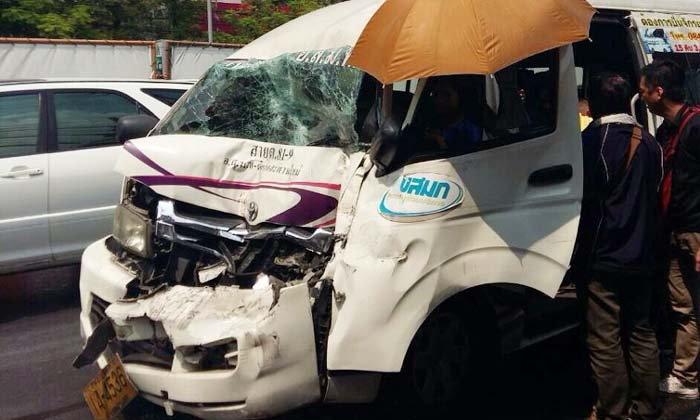 อุบัติเหตุรถตู้โดยสารสะพานใหม่ชนท้ายรถเมล์สาย 34 พังยับ